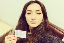 Марика с водительским удостоверением