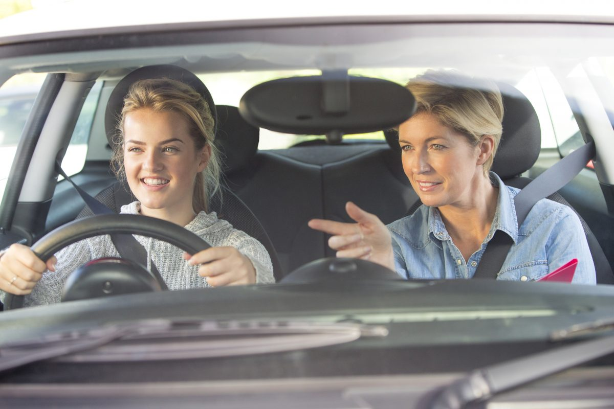 Женщина-инструктор по вождению
