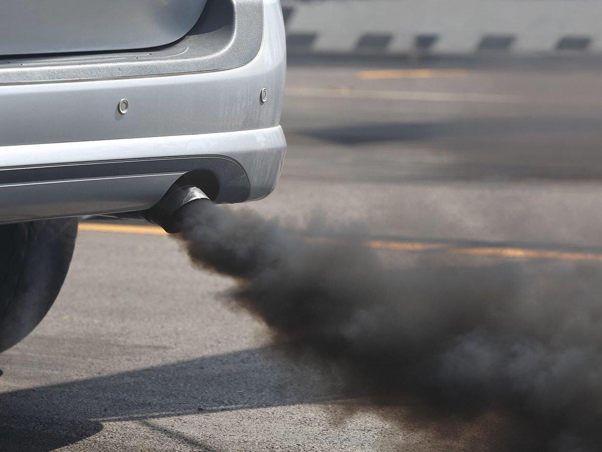 Чёрный дым из выхлопной трубы моего автомобиля